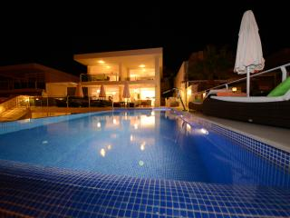 Fabulous 4 Bedroom Villa, Daily Maid, Heated Pool, Amazing Sea Views, 2 Bars
