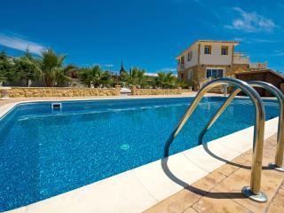 Luxury villa, large gardens, sleeps 8, gym, games