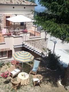 Cortile e terrazza-solarium privati e attrezzati