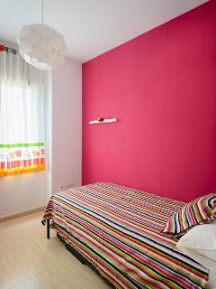Dormitorio pequeño con dos camas nido individuales