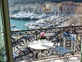 Grand Appartement de90 M2 situé sur le port de Nice trés ensoleillé, face SUD