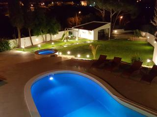 Villa Margarida by Laranjal Rentals, Luxury by the beach, Jacuzzi, games, sun!
