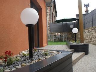 Cour privative pour détente avec salon de jardin et chaises longues, discrétion assurée