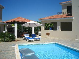 Villa with pool,sleeps 6,excellent location, Kissonerga
