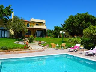 Beautiful Villa Ellie with privacy near the beach, Tersanas