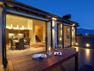 Lake Pano Villa - Elegant, modern holiday home close to downtown Queenstown