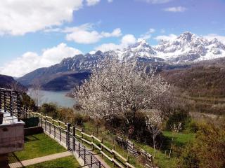 vistas del pantano y montaña en primavera