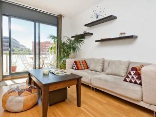 Beautiful 2 Bedroom Flat 10 min to beach sleeps 6, Barcellona