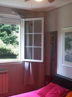 Dormitorio principal cama de 1,50 viscolatex , ventilador de techo y vistas al jardin y montaña