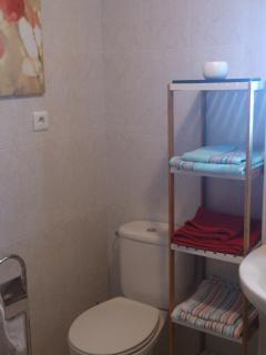 baño completo equipado y decorado