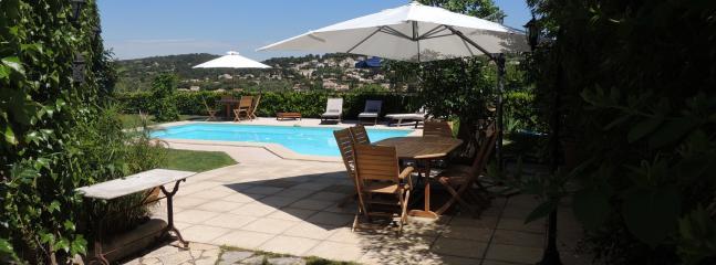Vue de la salle à manger extérieure avec la piscine et la vue magnifique sur la vallée