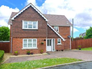 SUNNYSIDE, detached holiday home, en-suite, quality features, enclosed garden, in Freshwater, Ref 921021
