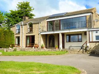 THE WOOD COTTAGE, open fire, WiFi, garden, nr Scarborough, Ref 923974
