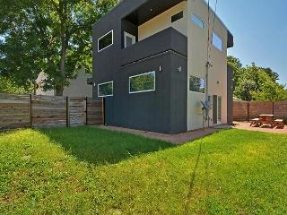 3BR/3.5 BA Modern Marvel Home Near Downtown Austin