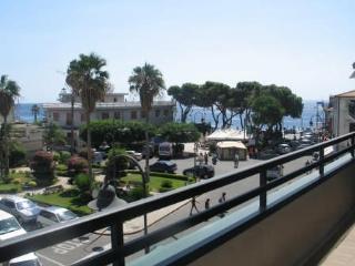 Il palazzo dista 80 metri dalla spiaggia