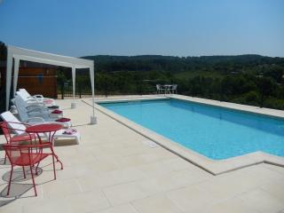 GRAVES HAUTES - SPACIOUS MODERN PROPERTY WITH PRIVATE HEATED POOL, LARGE GARDEN