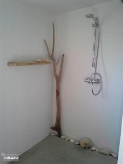 De ruime douche met Grohe massagedouche.