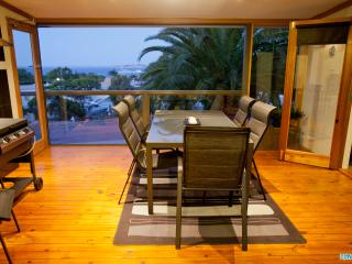 Unwind * 'Ocean Views on Freeman' - Pet Friendly