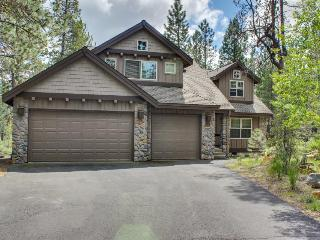 Fantastic 4BR retreat w/private hot tub & balcony, pets OK!, Sunriver