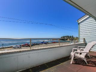 Lovely condo right in town with amazing ocean views, Depoe Bay