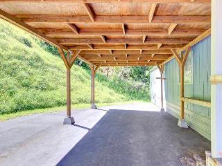 Cozy, dog-friendly, lakefront home w/dock access, great deck, wonderful location