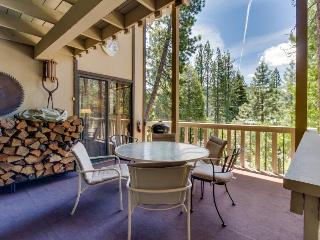 Quiet, woodsy Donner Lake retreat with beautiful views, Truckee