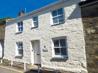 ORIEL COTTAGE, double-fronted cottage, woodburner, WiFi, off road parking, courtyard with heared lamp, St. Agnes, Ref 919083, St Agnes