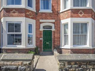 MAYVILLE HOUSE, terrace property, Jacuzzi bath, family holiday home, in Scarborough, Ref 926450