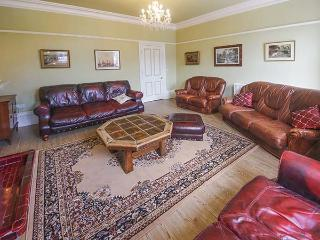 MAYVILLE HOUSE, terrace property, Jacuzzi bath, family holiday home, in Scarboro