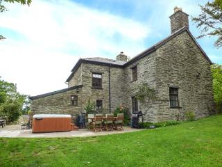 DOLEN FARMHOUSE hot tub, enclosed garden, family-friendly in Furnace Ref 28636, Eglwys Fach