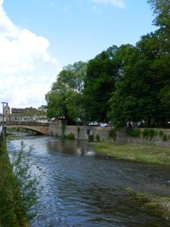 la rivière qui coule devant chez nous et le centre à 100m
