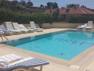 LUXURY 2 BEDROOM LAREM APART NEAR BEACH WITH POOL, Hisaronu