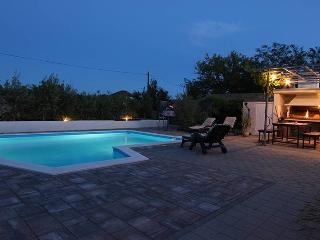 Three room apartment for 6+2 people, with pool, Zaton
