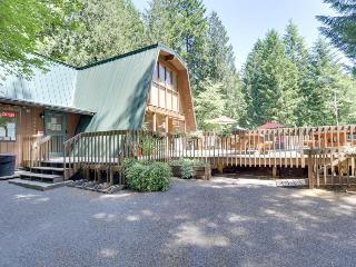 Spacious Mt. Hood lodge with private backyard hot tub and shared pool & sauna!