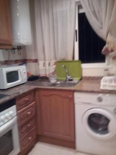 Cocina independiente con lavavajillas , lavadora, horno, microondas,también nevera
