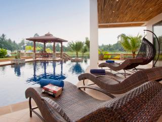 Villa on Lake with Pool & Jacuzzi!, Pattaya