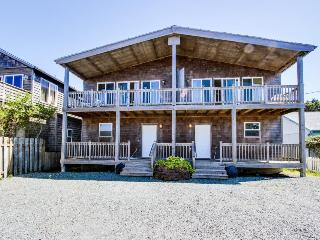 Sunny duplex with ocean views, space for 20 & dogs ok!, Rockaway Beach