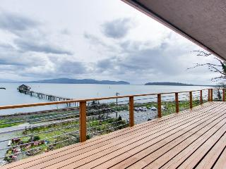 Gorgeous home overlooking the bay near a boat launch - dog-friendly!, Garibaldi