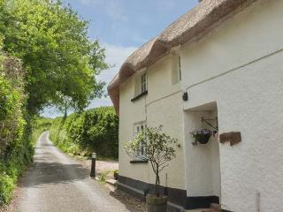 LARKSWORTHY COTTAGE thatched cottage, woodburner, WiFi, enclosed garden, North Tawton, Ref 917663
