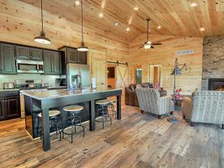 Hocking Hills Luxury Cabins - Pools Open ALL year, Logan