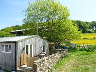THE OLD CORN STORE, en-suite, hot tub, WiFi, pet-friendly cottage, near Haworth, Ref. 916393