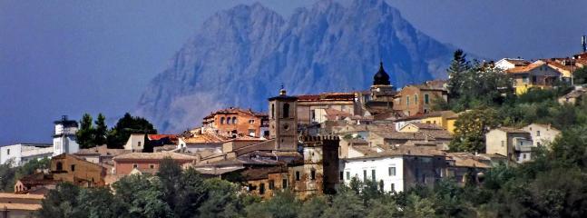 Vista di Penne con il Gran Sasso d'Italia