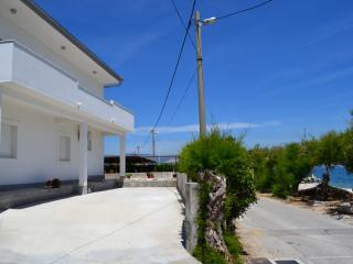Slatine Ciovo BEACHFRONT Apt for 4 close to Trogir