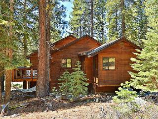 Cozy Lodge-Inspired 4BR w/ Access to Tahoe Donner Rec Center, Golf & Skiing