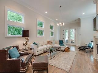 3BR/2.5BA Contemporary Nashville Retreat with Countless High-End Finishes