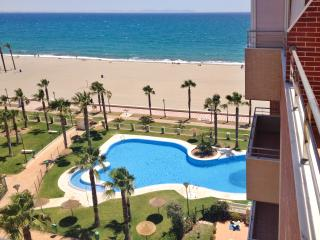 Sea-view apartment in Roquetas de Mar, Andalusia, w/ air con, terrace & pool – 10 metres from beach!