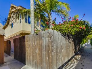 Donna's Beach Retreat: One Block from Bay and Ocean, Fenced Yard, Outdoor Table, BBQ, Bikes, WiFi, San Diego