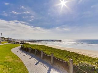 Kat`s Oceanfront Corner Condo: On the Boardwalk, Pool and Hot Tub, Encinitas