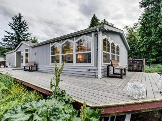 Lakefront home with shared dock, stunning views, large deck - close to town!, Sandpoint