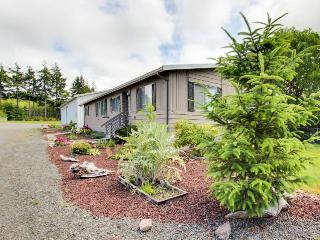 Bright, dog-friendly home w/ entertainment, great location - close to beach!, Coos Bay